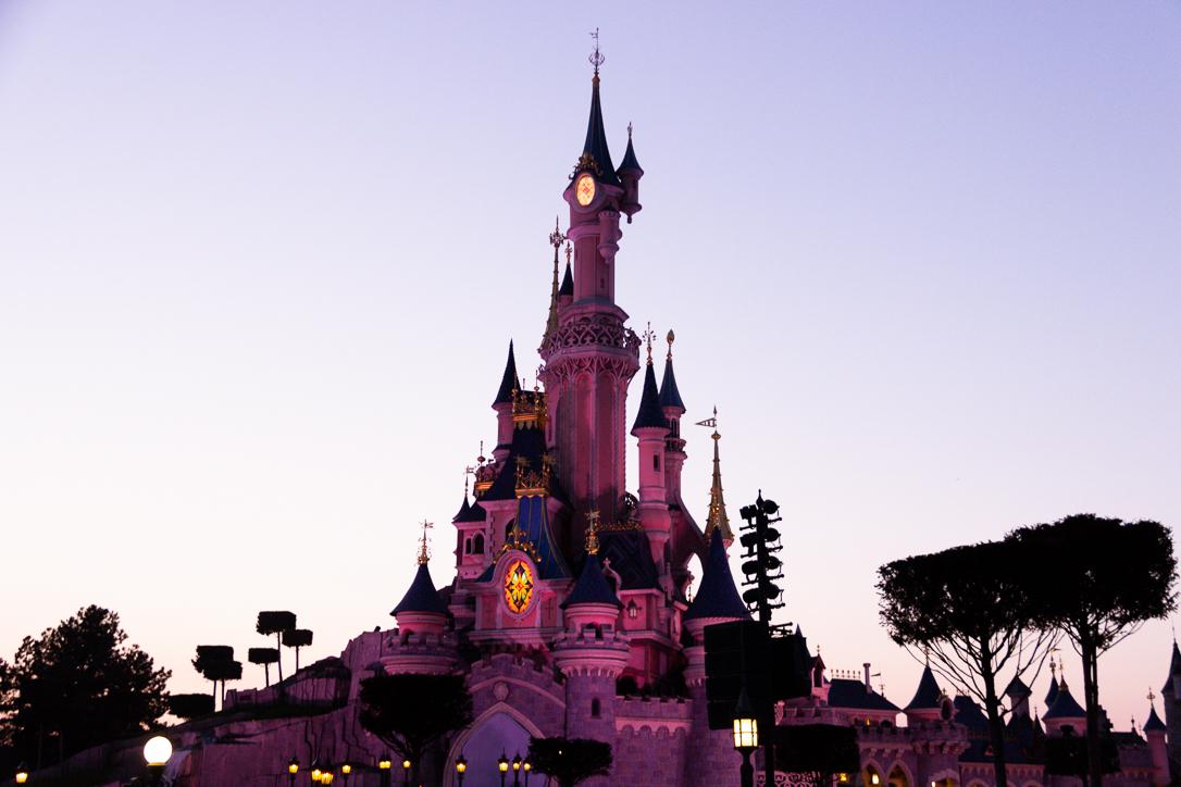 Disney-Schloss am Abend im Disneyland Paris