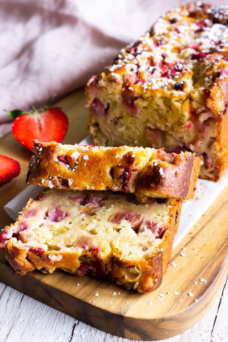Rhababrerkuchen mit Erdbeeren