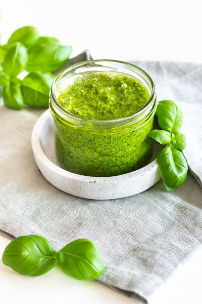 Grünes Pesto mit Basilikum